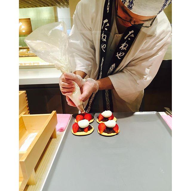 #美味しいもの#滋賀の素敵なお店 ラコリーナの名物だそうです。甘いいちごがたっぷり入った出来立てどら焼き♡ドラえもんをぜひここへ連れて行きたいです。#ラコリーナ