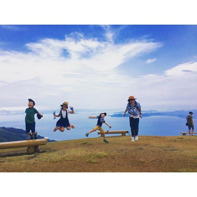 #琵琶湖バレイ 山頂でお決まりの大ジャンプ(^o^) #滋賀県 #夏休みの過ごし方 #滋賀県の避暑地 #滋賀っていいでしょ #琵琶湖バレイ雨が降っ他後の素晴らしい山頂の景色。地球に生まれてよかったー!日本に生まれてよかったー!滋賀県に住んでてよかったー!な景色を一望できました。