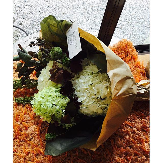 #紫陽花のブーケ先日、素敵な花束を頂きました。白や黄緑のアジサイに銅葉の葉っぱ達が渋くてすてきなステキなアジサイの花束。ミュールさんっていう京都のお花屋さんのもの。まじまじと見て、ステキ♡そして、色や組み合わせにほほぅ、とうなって。それから幸せな気持ちでいっぱいになりました。やっぱり花束って良いですね。♡がたくさん込められている、ステキなすてきな贈り物です。#メデルガーデン #光葉園 #いつも心に花束を#時々誰かに花束を