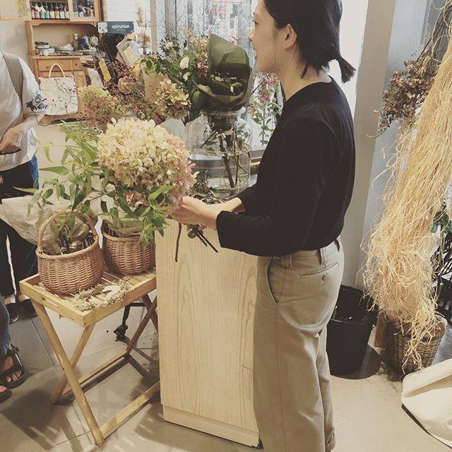 #お花屋さん素敵な花束を作って下さるミュールさんに会いに、草津へ行きました。先日、このインスタグラムにもアップさせてもらった花束。それを作って下さったのがこちらの素敵な女性。知り合いに頂いた紫陽花の花束がなんとも素敵で、花束ってこんなにも人を感動させてしまうものだったのかと衝撃が走りました。素敵なお花屋さんはmureさんといいます。また、私の大好きな人に送る花束を作って下さいね♡#メデルガーデン #光葉園 #あじさいの花束#素敵なこと