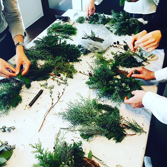 #ChristmasWreathe素敵なステキなお花屋さんの#ミュールさん に教わるリース教室に参加して参りました。針葉樹の薫りが漂うお部屋で癒されながらのwreathe作り。しっかり覚えて来年のまたこの季節に、ちゃんと一人で作れるようになりたいです。#自然素材100パーセントのwreathe#針葉樹リース #習い事#センスを磨くこと#季節を感じる