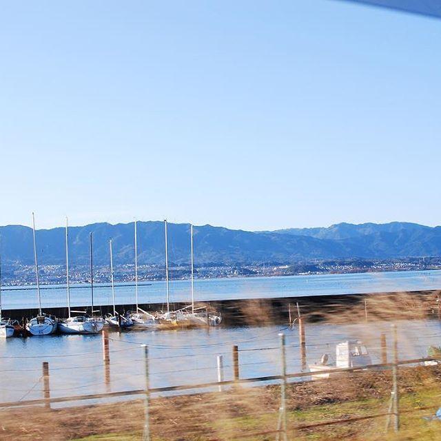 #光葉園 #メデルガーデン #琵琶湖あけましておめでとうございます。ずいぶんと遅れてしまった新年の挨拶になってしまいましたが、2017年もどうぞよろしくお願いします(^ν^) 今年の始まりのインスタグラムは#マザーレイクびわ湖です。お年玉を握りしめてるんるん気分の息子とお正月、お買い物へ行った帰り道。湖岸道路を走る車から見た琵琶湖がキラキラと美しくて、まぶしくて景色が綺麗だから写真撮って撮ってー!と小2の次男に頼んで撮ってもらった写真</p> <div id=