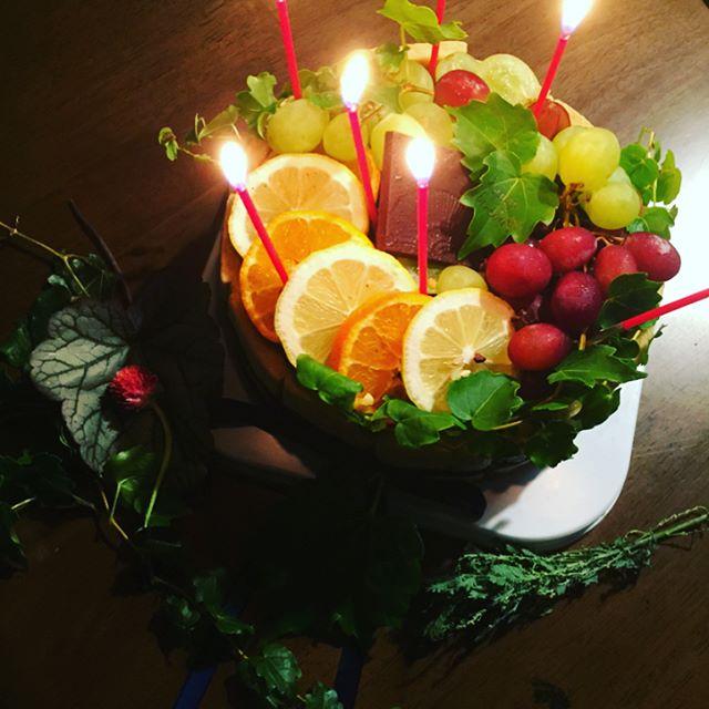 #ハッピーバースディ今日は97歳になるおおばぁちゃんのお誕生日です。100歳まであと少し、まだまだ長生きしてくださいね。念願のこのバーズデーケーキはここここ日和さんでオーダーさせてもらいました。素敵なバーズデーケーキをありがとう#一年に8回バーズデーケーキ♡#家族のおもいで