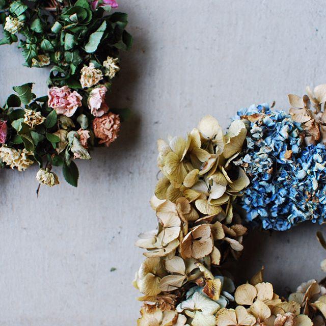 #季節を楽しむリースづくり季節に咲く花たちを集めエイジングした姿を素敵に楽しむ方法。庭で大切に育てた花達を宝物のようなかたちに残せるリースづくりに今とても夢中になっています。平井かずみさんのリースづくりはどれも本当に素敵で、大変興味深く参考にさせてもらっています。#おすすめの本  です。#アフターガーデニング #メデルガーデン