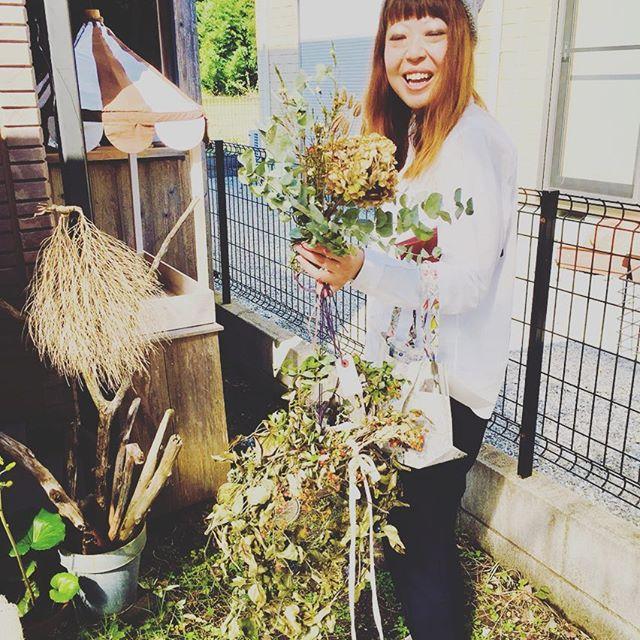 #ナチュラルリース 久々の秋晴れに心ウキウキな1日でした。昨日は#ここここ日和 さんを訪ねると、京都からわざわざまさこちゃんとまさこちゃんの美味しいもの達に会いに来て下さった方と遭遇♡私の作ったナチュラルすぎるリース達を沢山お買い上げして下さった素敵な彼女をパチリ</p> <div id=