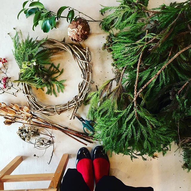 #wreathe剪定枝がたくさん手に入ったので、針葉樹のwreatheつくりまーす♡#ナチュラルリース #天然素材でつくります#スズメバチの巣もみつけました!#スギ#ヒノキ#サンキライ#ナンキンハゼの実