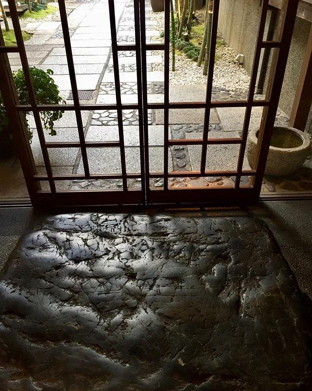 #老舗旅館だったそう京都の鴨川沿いに佇む老舗旅館だった鮒鶴さんの玄関です。立派な石!#京都#玄関#ロビー#素晴らしい石