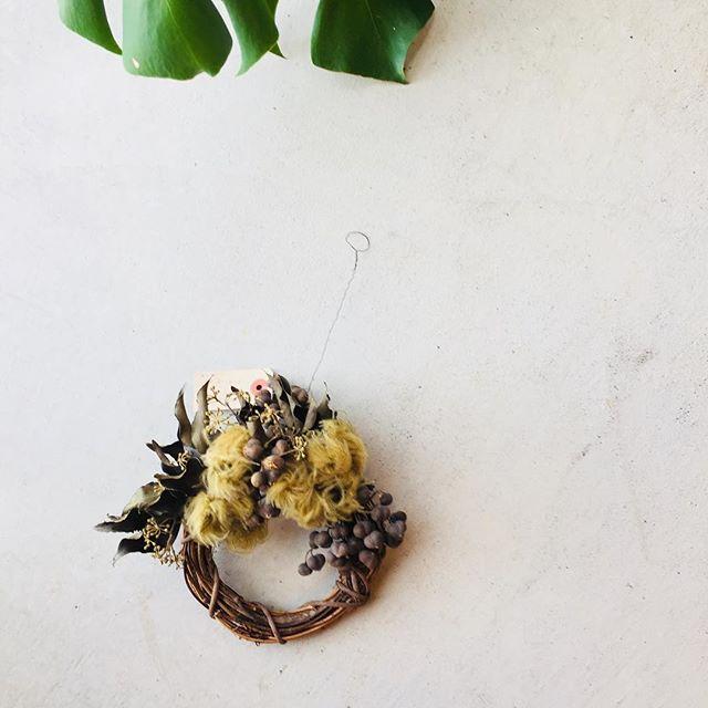 #ドライフラワーのある暮らし 私の作るドライフラワーのwreatheやスワッグは、だいたい庭で育てた花や実です。写真は、アイビーの葉や、クレマチスの花後にできた実、ナンキンハゼの実。クレマチスのモフモフが楽しいでしょ︎ #アフターガーデニング#メデルガーデン#mederugarden #koyoen