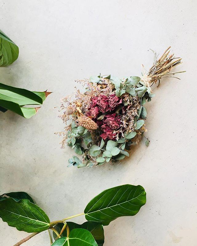 #バラとユーカリのドライ和バラのアオイが秋に咲いてくれたので、ユーカリの半生ドライと一緒に束ねました。ユーカリと和バラのスワッグはいかがかしら?#ここここ日和#メデルガーデン#スワッグ