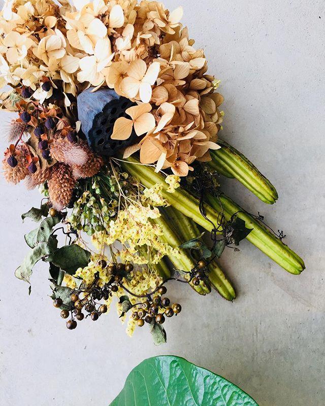 #秋いろ朝晩が寒くなってきて、秋の色が深まって来ました。タカサゴユリの実や、ニラの実とか、ヘクソカズラの実など。。。 秋いろが愛おしい季節です。#スワッグ#autumn#ピラミッドアジサイ#蓮の実#ニラの実#タカサゴユリ#ヘクソカズラ#メデルガーデン