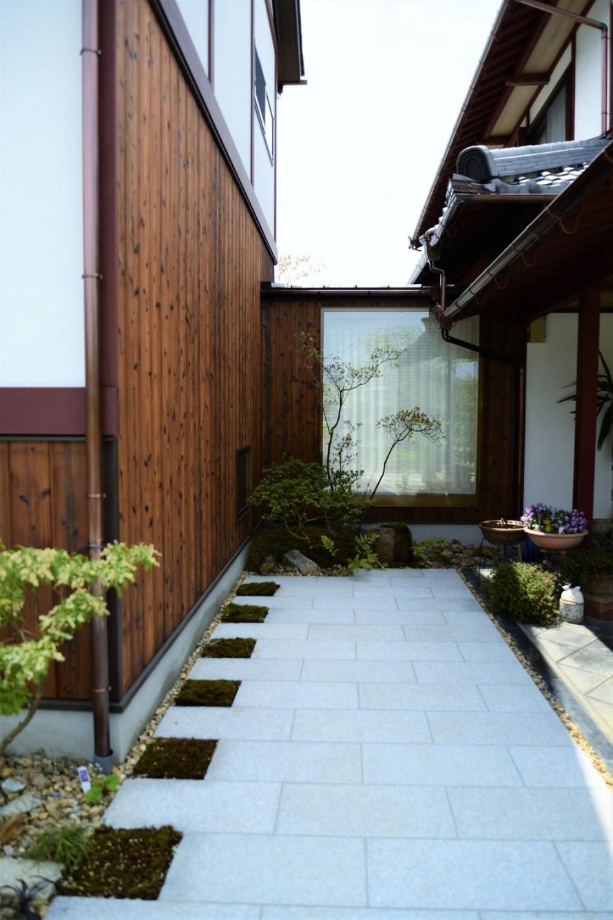 板石のエントランスと小さな坪庭