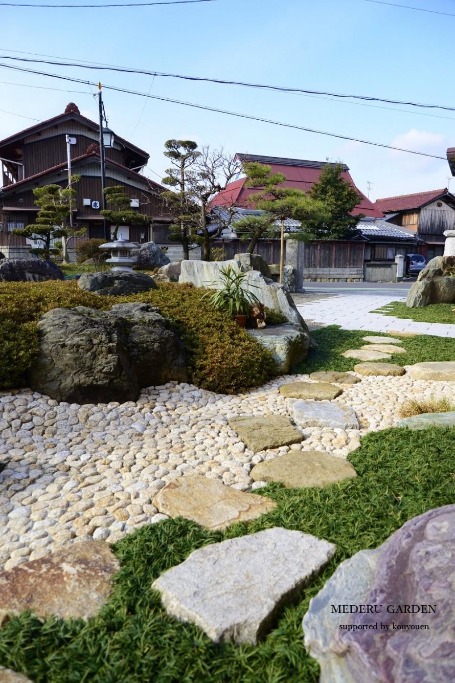 ごろた石の枯山水と自然石飛び石