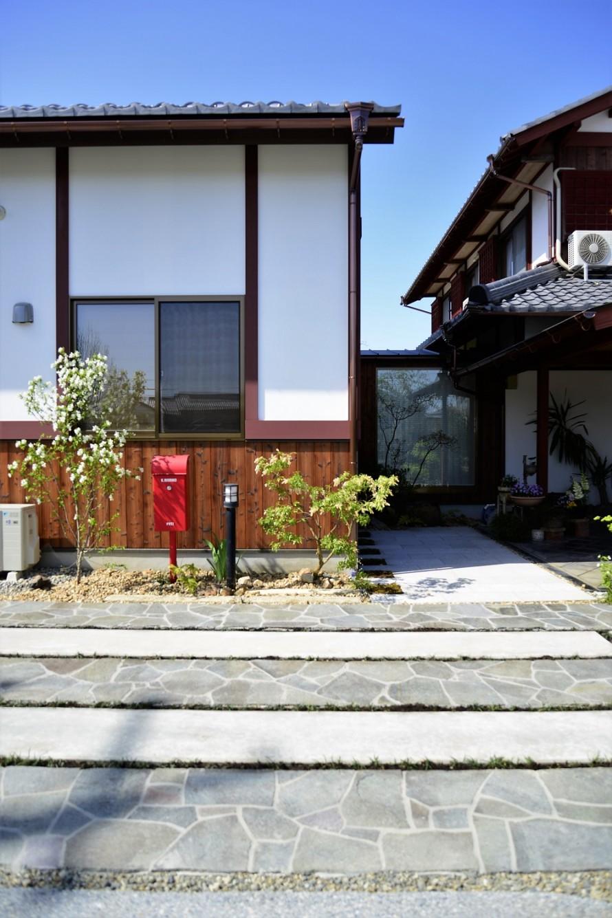 リフォームガーデン愛荘町アプローチ兼駐車スペース