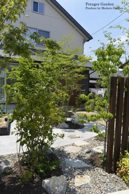駐車スペースから庭へ